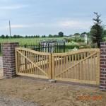Oprit met houten poort